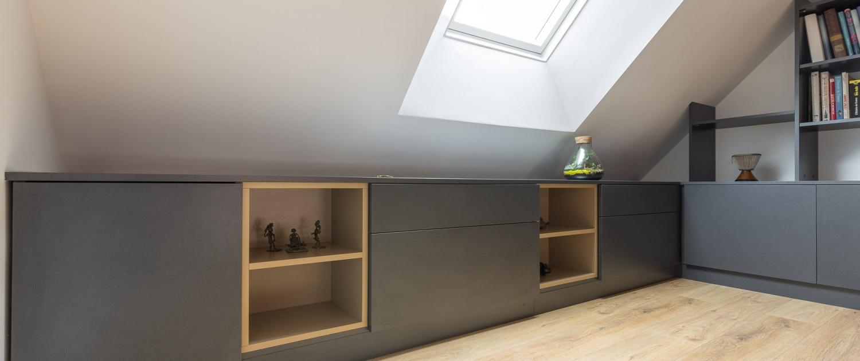Agencement sur-mesure avec étagères décoratives pour mezzanine