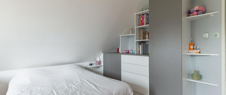 Agencement rangement avec étagères sur-mesure pour chambre